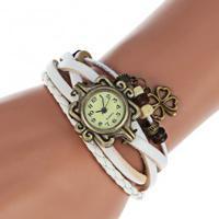 3d247894fcc Relógio Feminino Quartzo Com Pingente Trevo De Quatro Folhas - Branco